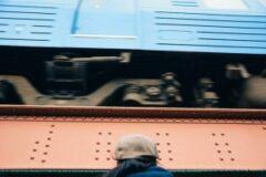 スリル満点!頭上すれすれを電車が猛スピードで走る高架下